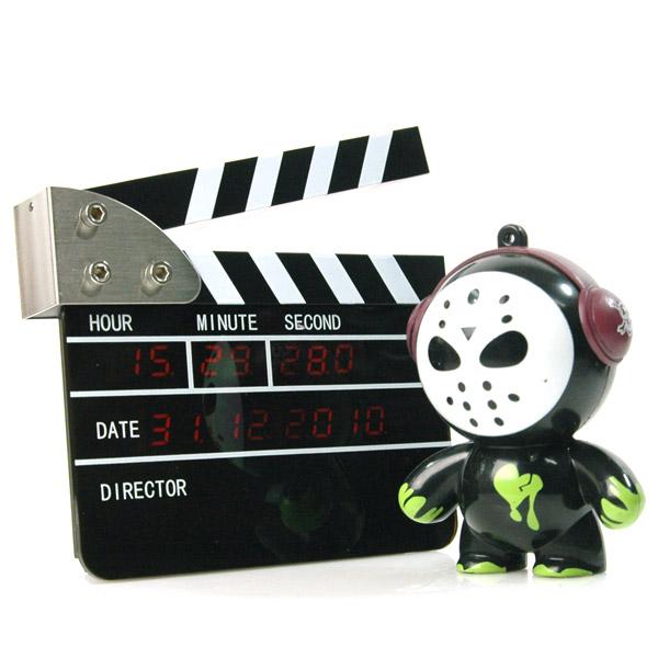 详细介绍: 在香港电影的情节里,导演总是大摇大摆的坐在椅子上,大喊一声action,电影拍板清脆的一响,一个片段就开拍了,感觉十分威风,现在你可以在家里随时享受这种感觉了。 这款电影拍板的LED电子钟和麦极之前销售的一款异曲同工,不过妙趣之处在于非常Mini,仅有之前的五分之一都不到,一个巴掌就可以握住,麻雀虽小肝胆俱全,功能一样不少,完全具备拍板的功能,声音相当逼真。虽说没有真正的摄像机和演员吧,自己闭上眼睛幻想一下,也很不错哦。 LED显示板上小时、分、秒、详细日期,一个都不少,让你轻松把握此时此